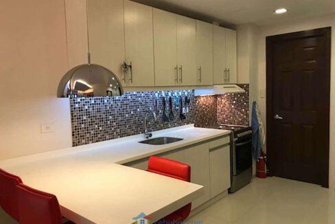 Elegantly-Furnished-1-Bedroom-Avalon-Condo-For-Sale-in-Cebu-Business-Park-Kitchen