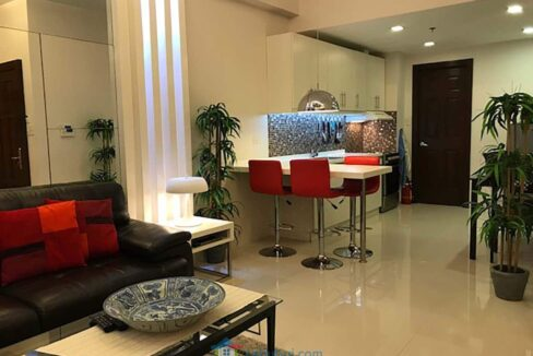 Elegantly-Furnished-1-Bedroom-Avalon-Condo-For-Sale-in-Cebu-Business-Park-Living-Room